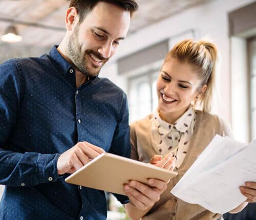 Zwei junge Unternehmer informieren sich über die vielen Vorteile von Zeitarbeit (Arbeitnehmerüberlassung) mit PROMIND services.