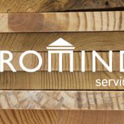 Holzbretter zur Bearbeitung durch einen Maschinen- und Anlagenführer von PROMIND services
